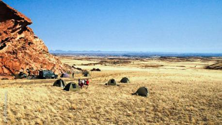 Randonnez au sein des plaines caillouteuses en Namibie, dans le Damaraland