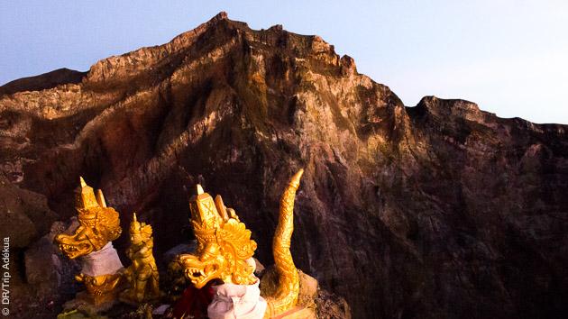 Paysages saisissants, au détour des sentiers de randonnées, les temples balinais vous accueillent lors de ce trek à Bali