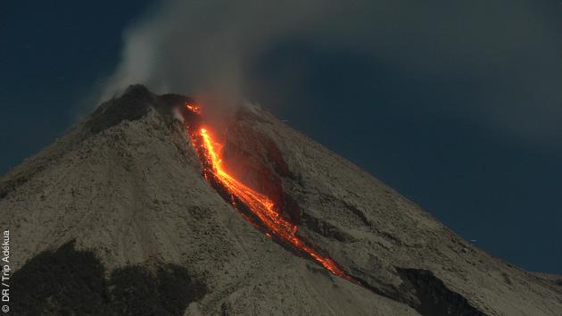 ascension de volcan à Java et coulée de lave