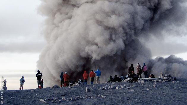 fumerolles sur un des plus hauts volcans de Java en Indonésie