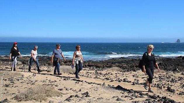 Randonnez sur l'île de Lanzarote aux Canaries, et profitez en pour faire du surf ou du kayak