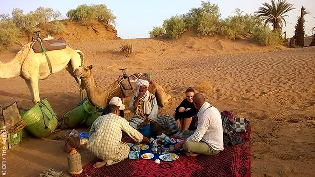 Campement avec les dromadaires, lors du trek, à la découverte des oasis de Dyabi et Tifkast